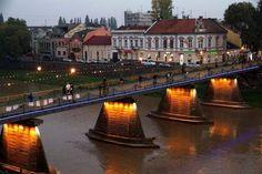"""Вчера, 21 октября, пешеходный мост в Ужгороде подсветили системой LED-прожекторов. Сделано это в рамках проекта """"Элегантный и светлый город"""".    Как утверждают организаторы проекта, идея подсветить ст"""