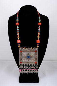 Colgante Tribal afgano antiguo enorme collar con Coral de lapislázuli y turquesa de shopNOV en Etsy https://www.etsy.com/es/listing/228460264/colgante-tribal-afgano-antiguo-enorme