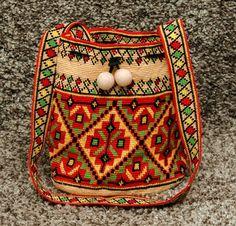 Mochila bag crochet on traditional native. Crochet boho crossbody bag is for an adaptation of the traditional wayuu mochila bag using the same stitch and technique but with a boho flair in a bucket bags style Crochet Hobo Bag, Mochila Crochet, Crochet Shoulder Bags, Crochet Handbags, Tapestry Bag, Tapestry Crochet, Bohemian Tapestry, Crochet Rope, Hippie Crochet
