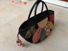 퀼트가방 - 다알리아 토트백 : 네이버 블로그 Fabric Bags, Quilted Bag, Patch, Louis Vuitton Damier, Straw Bag, Diy And Crafts, Quilts, Pattern, Fish