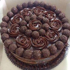 O Recheio de Brigadeiro Para Bolo de Aniversário é delicioso, cremoso e fácil de fazer. Ele serve tanto como recheio para bolo de chocolate quanto para cobertura, deixando o seu bolo muito mais maravilhoso por dentro e por fora. Faça o recheio de brigadeiro hoje mesmo e agrade a todos. Confira a receita! Food Cakes, Cupcake Cakes, Cupcakes, Baking Recipes, Cake Recipes, Super Torte, Chocolate Cake Designs, Brownie, Fashion Cakes