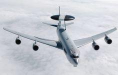 Au-delà de sa mission de « radar volant » permettant le contrôle des aéronefs dans une zone précise, l'E-3F coordonne depuis les airs le vol de missions aériennes multiples, comme le CAOC (Combined air operation center : centre interalliés des opérations aériennes). © Armée de l'Air