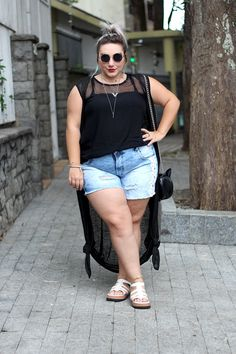 short-jeans-plus-size-destroyed-e-colete-longo