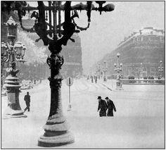 La place de l'Opéra à peu près déserte - vue des marches de Opera Paris (hiver 1940-1941)