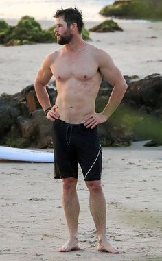 21 Chris Hemsworth Shirtless Photos That Will Do Unspeakable Things to Your Body Chris Hemsworth Thor, Chris Hemsworth Torse Nu, Chris Hemsworth Muscles, Snowwhite And The Huntsman, Hemsworth Brothers, Male Poses, Shirtless Men, Hot Men, Men's Clothing