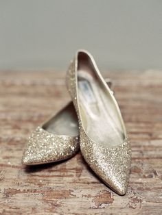 Sparkly gold flats - so adorable and comfy-looking! #wedding #gold #shoes #goldwedding #bride