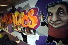 A través del graffiti: de la pared a los libros .  La exposición exhibió una selección de más de ciento cincuenta libros procedentes de la Biblioteca y Centro de Documentación de ARTIUM sobre el graffiti, movimiento que se inicia en los suburbios de Nueva York en la década de los 60 y que conforma uno de los elementos fundamentales de la cultura hip hop. ..
