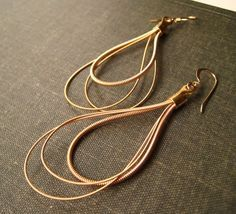 Recycled Guitar Strings guitar strings make the coolest jewelry. I have a guitar string ring I made a couple of years ago that I love Music Jewelry, Old Jewelry, Wire Jewelry, Jewelry Crafts, Beaded Jewelry, Jewelery, Jewelry Ideas, Wire Earrings, Teardrop Earrings