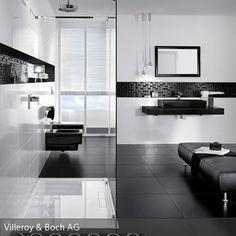 Das Moderne Badezimmer In Schwarz Weiß Wirkt Aufgrund Des Ausgewogenen  Farbeinsatzes Von Weißen Und Schwarzen