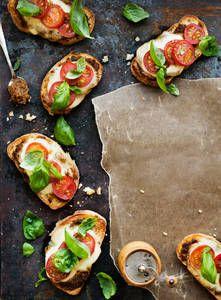 Lämpimät mozzarellaleivät | K-Ruoka #mozzarella My Cookbook, Pesto, Koti, Yummy Food, Bread, Baking, Mozzarella, Ethnic Recipes, Food Ideas