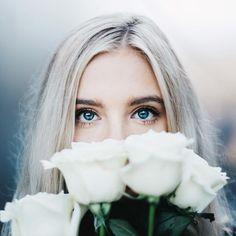| retrato | retratos femininos | ensaio feminino | ensaio externo | fotografia | ensaio fotográfico | fotógrafa | mulher | book | girl | senior | shooting | photography | photo | photograph | nature | rosas brancas | white roses | flores | flowers | blue ayes | olhos azuis