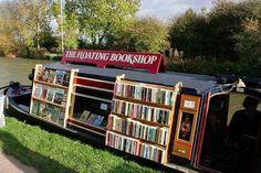 Il Floating Bookshop é una libreria galleggiante che vende libri usati di qualità e viaggia per i canali di Londra
