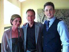 Chris Evans(right) and his dad(middle). Omg he looks soooo much like his daddy. How cute!!!!!!