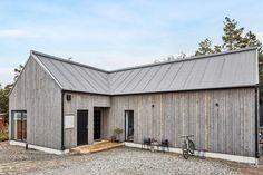 Villans uttryck hämtas ur minimalistisk arkitektur och klassisk nordiskt formspråk. Norra Koxåsvägen 20 - Bjurfors