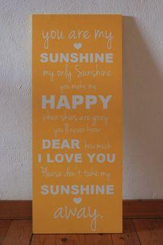 *Glitter Words – Holzschilder, die inspirieren.*   Selbstgemachte Holzschilder als Geschenk, zur Hochzeit oder Taufe.          +Hallo kleines Wesen.   Willkommen auf dieser Welt.Ab jetzt bist Du die Sonne in meinem Univ