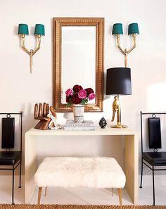 Espelho de dentículo e corda da Croft Antiques misturado com um banco coberto de pele de ovelha da Ikea e um abajur de latão da One King's Lane (Foto: Jason Schmidt)