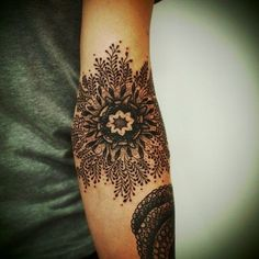 Finest Mandala Tattoo Designs And Concepts For Males And Girls There are numerous tattoo designs out there in tattoo artwork. Mandala is considered one of them. Mandala means circle. Mandala is Et Tattoo, Tattoo Henna, Sick Tattoo, Tattoo Und Piercing, Tattoo You, Tattoo Pics, Lotus Tattoo, Tattoo Floral, Floral Tattoos