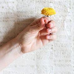 3 DIY ideas for fresh flowers (like this flower ring) Flower Crafts, Diy Flowers, Fresh Flowers, Paper Flowers, Flower Ideas, Fresco, Open Rose, Crafts For Kids, Diy Crafts