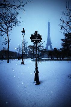 Paris in winter. We have spend many Christmas vacations in France. One time my parents were with us. We left them at the airport outside of Paris and headed back to Spain. It looked like photo, it makes me smile! Places To Travel, Places To See, Beautiful World, Beautiful Places, Wonderful Places, Torre Eiffel Paris, Paris 3, Paris Winter, Paris Snow