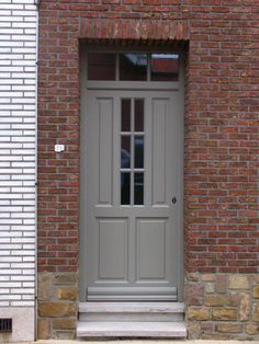 Houten voordeur in sipo op maat .Gelakt in ral 7030 . #voordeuren #renovatie #verbouwing #welmac