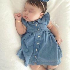 cuidados com o bebê Girls Baby Fashion Cute Little Baby, Baby Love, Cute Babies, Baby Kids, Baby Baby, Baby Outfits, Baby Girl Dresses, Baby Girl Fashion, Kids Fashion