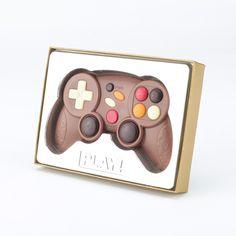 Der Game Controller aus Vollmilchschokolade ist das ideale Geschenk für den Konsolenliebhaber. Ob kleiner Bruder, große Schwester oder bester Freund, der Controller in Originalgröße weckt in jedem den Spieltrieb. #Schokolade #Schokofigur #Geschenkidee