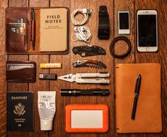 Fantastic edc love the leather holster for the rite in the rain field notes pad a pen and credit card/money slot Edc Carry, Carry On, Mochila Edc, Edc Essentials, Style Hipster, Edc Gadgets, Edc Tactical, Everyday Carry Gear, Edc Tools