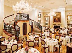 オーベルジュ・ド・リル トーキョー らせん階段やシャンデリアなど豪華なダイニングでパーティを行います。