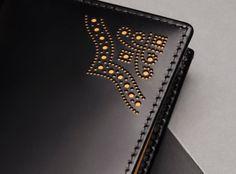 Кожаные портмоне/кошельки ручной работы на заказ Leather Wallet Pattern, Handmade Leather Wallet, Leather Card Wallet, Stitching Leather, Leather Tooling, Diy Leather Books, Leather Gifts, Leather Craft, Handmade Notebook