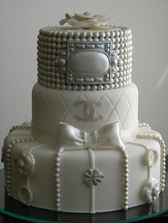 Would you look at this badass Chanel cake? OMFG its the most beautifulest Chanel cake I've seen yet. Bolo Chanel, Chanel Cake, Chanel Party, Chanel Wedding, Chanel Cupcakes, Bling Wedding, Crazy Cakes, Fancy Cakes, Cute Cakes