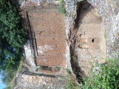 Finta porta di una tomba etrusca @ necropoli di Castel d'Asso Places Ive Been, Italy, Hipster Stuff, Urn, Italia