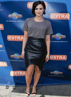 Demi Lovato shows off legs and curvy figure in leather pencil skirt Demi Lovato Legs, Demi Lovato Style, Cabelo Demi Lovato, Demi Lovato Hair, Confident Demi Lovato, Demi Love, Black Leather Pencil Skirt, Cowgirl Style Outfits, Belle Photo
