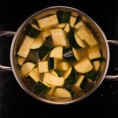 Soupe de courgettes à la vache qui rit : Recette de Soupe de courgettes à la vache qui rit - Marmiton Zucchini, Vegetables, Food, Cow, Pepper, Cooking Recipes, Essen, Vegetable Recipes, Meals
