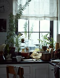 So very simple & homey! Big Kitchen, Kitchen Design, Messy Kitchen, Kitchen Sink, Kitchen Black, Cozy Kitchen, Kitchen Living, Country Kitchen, Vintage Kitchen