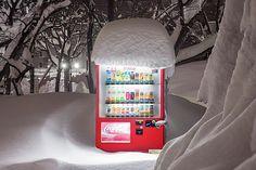 Verschneite Warenautomaten tauchen Hokkaido in ein stimmungsvolles Licht Mehr als fünfeinhalb Millionen Warenautomaten überziehen den Inselstaat Japan, um Softdrinks, Zigaretten und sogar frische Eier und Blumen feilzub...