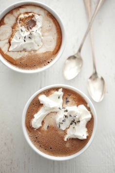 Lavender Hot Chocolate - I know its a hot drink but . Lavender and Chocolate? Café Chocolate, Hot Chocolate Recipes, Chocolate Photos, Cocoa Recipes, Think Food, I Love Food, Yummy Treats, Sweet Treats, Yummy Food