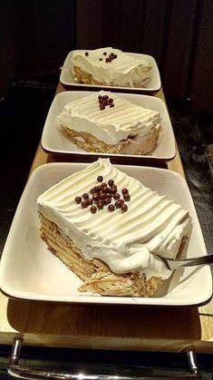 Κάνουμε μια κρέμα: Βάζουμε στην κατσαρόλα 1 λίτρο γάλα να ζεσταθεί,στην συνέχεια ρίχνουμε διαλυμένο σε λίγο γάλα 100 γραμμάρια κορν φλα... Greek Sweets, Greek Desserts, Ice Cream Desserts, Party Desserts, Summer Desserts, Dessert Recipes, Cake Cookies, Cupcake Cakes, Pastry Cook