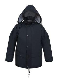 VESTE DE PLUIE IMPERMÉABLE Modèle: 081 La veste possède la fermeture à glissière sous rabat à boutons pression, une capuche pliable dans le col, 2 poches soudées sous pattes et les coupes-vent intérieurs. La veste possède la ventillation sous les bras. Le modèle est fabriqué en tissu imperméable, respirant et très léger appelé Aquapros, qui est recommandé à l'usage dans des conditions météorologiques défavorables. La veste protège contre le vent et contre la pluie.