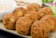 If you're looking for healthier dinner options, you should try some ethnic foods like falafel that are low in fat and high in iron. Serve your falafel with a cool cucumber sauce. Baked Falafel, Falafel Recipe, Sauce Recipes, Cooking Recipes, Chicken Recipes, Cucumber Yogurt Sauce, Dill Sauce, Greek Appetizers, Veggie Delight