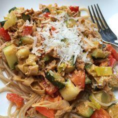 Pasta met tonijn. pesto en groenten