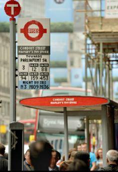 Londres se despierta con una parada de autobús construida con piezas de Lego - Noticia - Internacional - MarketingNews.es