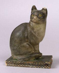 Механическая Писк игрушка Кот, окрашены папье-маше серый и белый кот с желтыми глазами, на зеленой базы с бумажными покрытые мехами, HT. 7 1/2. (Уши расколотые, сильфон разрывается). Расчетный $ 200-300