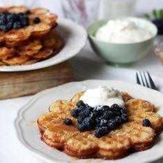 Servera riktiga lyxvåfflor på våffeldagen - med blåbär och kolasås!