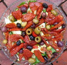 Salată de ardei copţi cu măsline - Retete culinare - Romanesti si din Bucataria internationala Paella, Fruit Salad, Healthy Eating, Frappe, Meals, Cooking, Ethnic Recipes, Food, Side Dishes