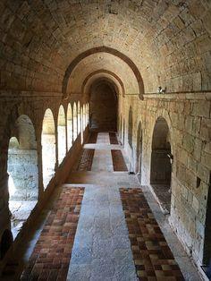 (Var) Abbaye du Thoronet (Le Thoronet) - le cloître The Cloisters, Beaux Villages, Provence France, Chapelle, Aquitaine, Romanesque, Corsica, Ciel, Trip Advisor
