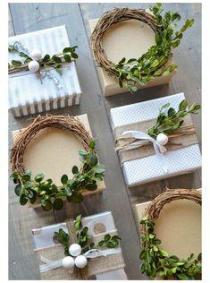 voici quelques belles idées pour décorer un cadeau de Noël
