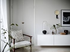 Vackra brädgolv, underbar balkong och rofyllt läge nära Slottsskogen - Stadshem Living Room Colors, Entryway Bench, Beautiful Things, Minimalism, Design Ideas, House Design, Interior Design, Tv, Heart
