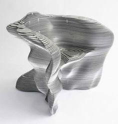 superposition de plusieurs couches planes de matière. Structure pouvant prendre n'importe quelle forme selon la coupe des plaques.