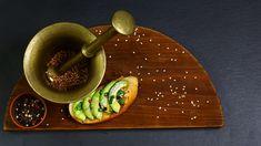 Bruschete cu avocado și sos pesto