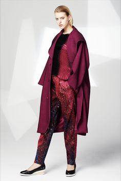 Guarda la sfilata di moda Issey Miyake a New York e scopri la collezione di abiti e accessori per la stagione Pre-Collezioni Autunno-Inverno 2016-17.